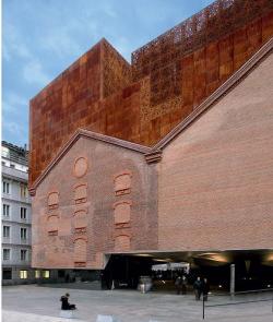 CAIXAFORUM. Мадрид. Херцог & де Мерон. Новый фасад приподнятого над землей арт-центра, выходящий на площадь.