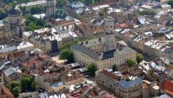 Во Львове немецкие каменщики восстанавливают ренессансное здание