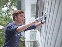 Волонтеры помогают восстанавливать деревянный памятник классицизма
