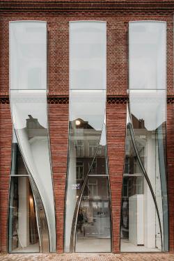 Стеклянный текстиль: в Амстердаме появился магазин одежды с фасадом от UNStudio