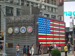 Призывной пункт Вооруженных сил США на площади Таймс-сквер в Нью-Йорке. 2000