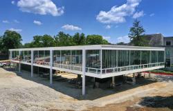 Спроектированный Людвигом Мис ван дер Роэ в 1952 корпус строится на кампусе университета в штате Индиана