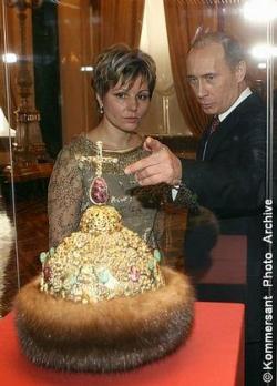 Благодаря Елене Гагариной (слева) Владимир Путин смог приблизиться к алмазному венцу Петра I    Фото: Дмитрий Духанин / Коммерсантъ