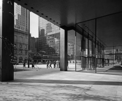 Сигрэм-Билдинг, Нью-Йорк (1954-58). арх. Мис ван дер Роэ и Филип Джонсон. Фото © Ezra Stoller/Esto