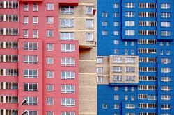НЕГАТИВ Яркими сделаны только фасады, выходящие на улицу. Все другие — боковые и дворовый — выполнены в прямо противоположной манере: сплошные кирпичные стены с небольшими цветными вставками