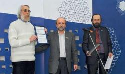 Награды Новосибирского союза дизайнеров вручает Григорий Кужелев (в центре)