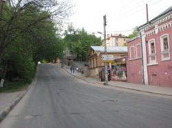 Один непарадный уголок старого Нижнего Новгорода - улица Провиантская. Дома и деревья