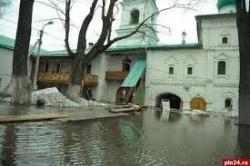 В Пскове спасают древний монастырь. Сейчас специалисты и добровольцы стараются уберечь от паводка уникальные фрески