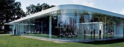 Павильон Музея искусств построен из сотен квадратных метров гнутого стекла, изготовленного специально для этого проекта. Фото: Динд Кауфман