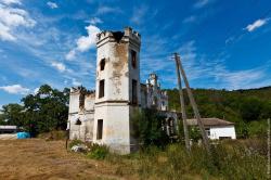 Замок Монжене и заброшенная мечеть