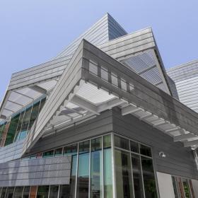 Серо-голубые титан-цинковые панели на фасадах библиотеки в Лос-Анджелесе