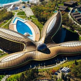Mriya Resort. Гигантский цветок у моря