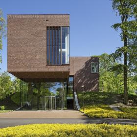 Lisser Art Museum в Нидерландах. Кирпич Petersen Tegl в лесных тонах