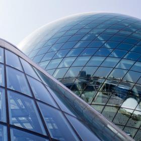 Как гнутое стекло меняет облик здания