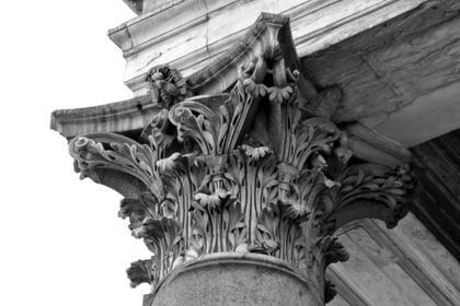 Пантеон в Риме, 126 г. н.э., угловая капитель. Ритм пустот между лапками аканта и их извилистый, спиралевидный рисунок, W-образное движение волют - в этом уникальность капителей Пантеона © А.Д. Бархин