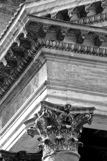 Пантеон в Риме, 126 г. н.э., угловая капитель. Расширение абаки придает пропорциям капители особенный, «кубоватый» характер © А.Д. Бархин