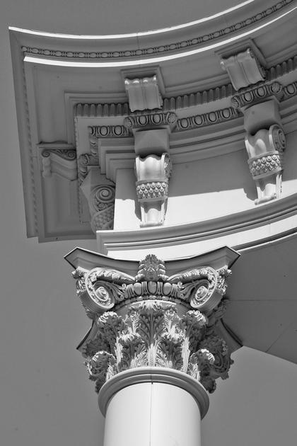Д.Б.Бархин, Каланчевская плаза в Москве, 2007-10. Аутентично вылепленная капитель в сочетании с вдохновленным Венецией, облегченным карнизом © А.Д. Бархин