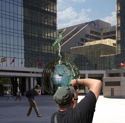 Cкульптурная композиция на площади перед Центром Международной Торговли
