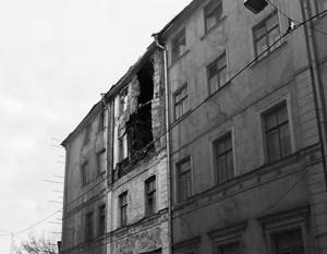 В центре Москвы спасатели обрушили историческое здание