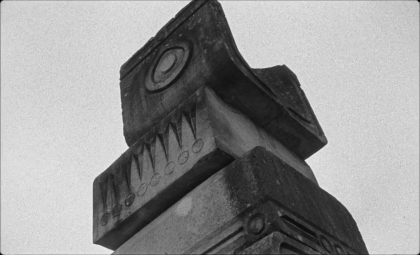 В прокат выходит антиутопия «Последние и первые люди»: с югославскими мемориалами-«спомениками» в кадре и Тильдой Суинтон в роли рассказчицы