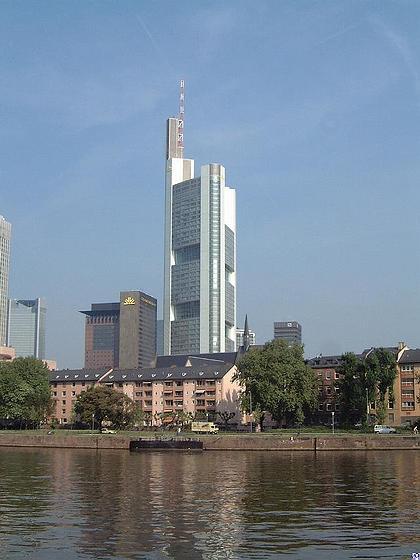 """Высотное здание Cоmmerzbank, построенное в 1997 по проекту """"Foster + Partners"""", господствует в силуэте Нового Европейского делового центра Франкфурта-на Майне."""