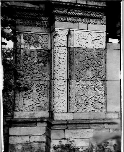 Илл.3. Так выглядела сборка первоначальной композиции пилона «Львиных» ворот в музейном дворике. 1939 год. Фотоархив ГМЗ «Коломенское». МФ 887