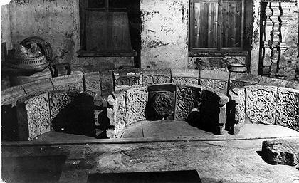 Илл.4. Фотофиксация пробной раскладки арочных камней в Трапезной Георгиевской церкви. Подлинные фрагменты дополнены новоделами. 1938 год. Фотоархив ГМЗ «Коломенское».