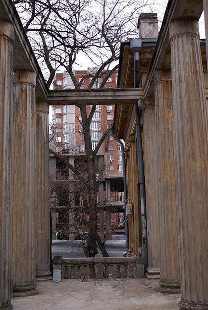 Историческая рядовая застройка вокруг особняка Н.Парамонова в Ростове-на-Дону уничтожена.