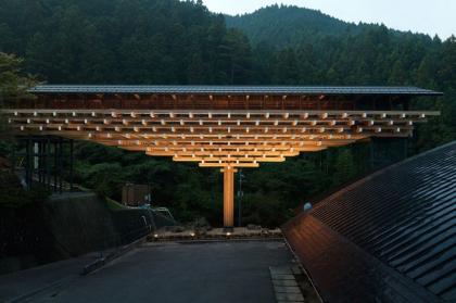 Деревянный мост-музей в Юсухара