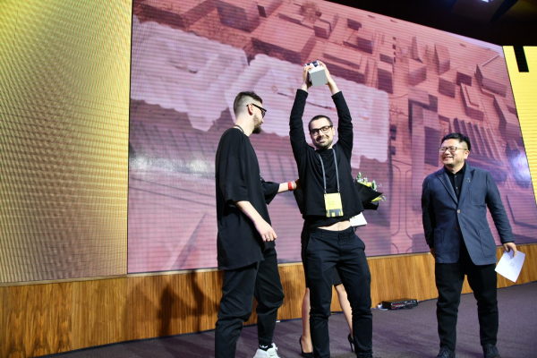 Церемония награждения. Творческое объединение «Лето». Золотой приз вручает Филипп Юань. © фото редоставлено пресс-службой Российской молодежной архитектурной биеннале