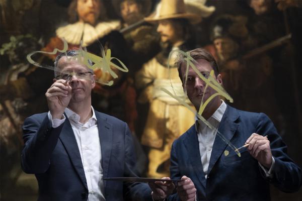 Исполнительный директор AkzoNobel  Тьерри Ванланкер и директор Рейксмузеума Тако Диббитс символически подписывают соглашение о партнерстве. © Photo Rijksmuseum
