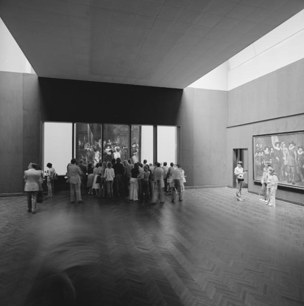 Посетители наблюдают за реставрацией «Ночного Дозора» в 1975-76 гг. © Photo Rijksmuseum