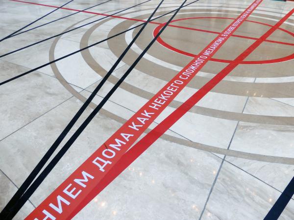 Круги перед основанием большой лестницы решены подчеркнуто-авангардно, и в то е же время линейно Студия 44. Анфилада. 02.2020 Фотография: Архи.ру