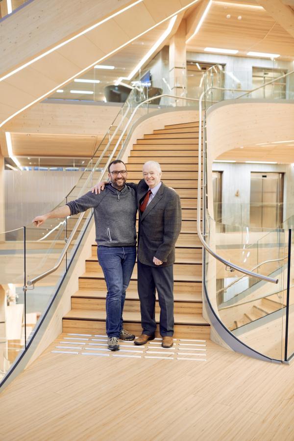 Слева – Г-н Бреншайдт (hokon, строительство лестницы), справа – Оддмунд Торюссен (Faber Bygg AS, монтаж здания). Лестница атриума финансового центра Бьергстед Фотография © Paul Masukowitz