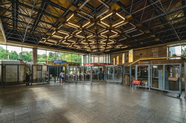 Зал наземного павильона станции метрополитена «Политехническая». Современное состояние  Фотография предоставлена Архитектурная мастерская «Рейнберг & Шаров»