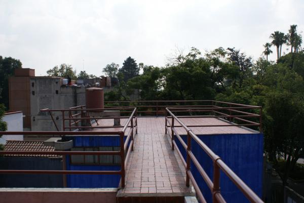 Лестница, соединяющая два дома Автор: Enriquesrz. CC BY-SA 4.0
