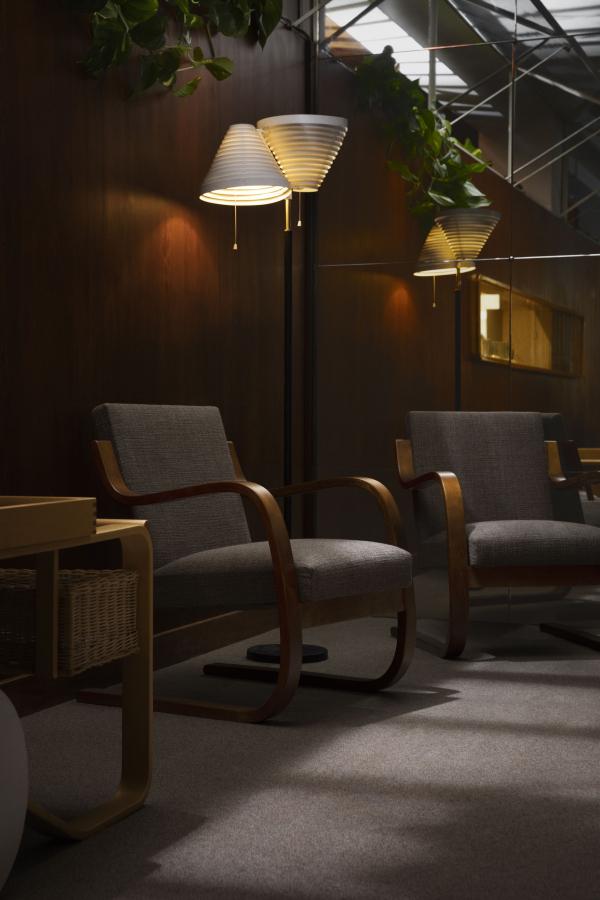 Кресло 402 (1933), торшер А810 (1959), автор – Алвар Аалто © Artek