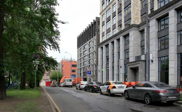 В центре «Оливковый дом», справа «Суббота» / АМ «ГРАН» (Мастерская Павла Андреева) Фотография: Архи.ру