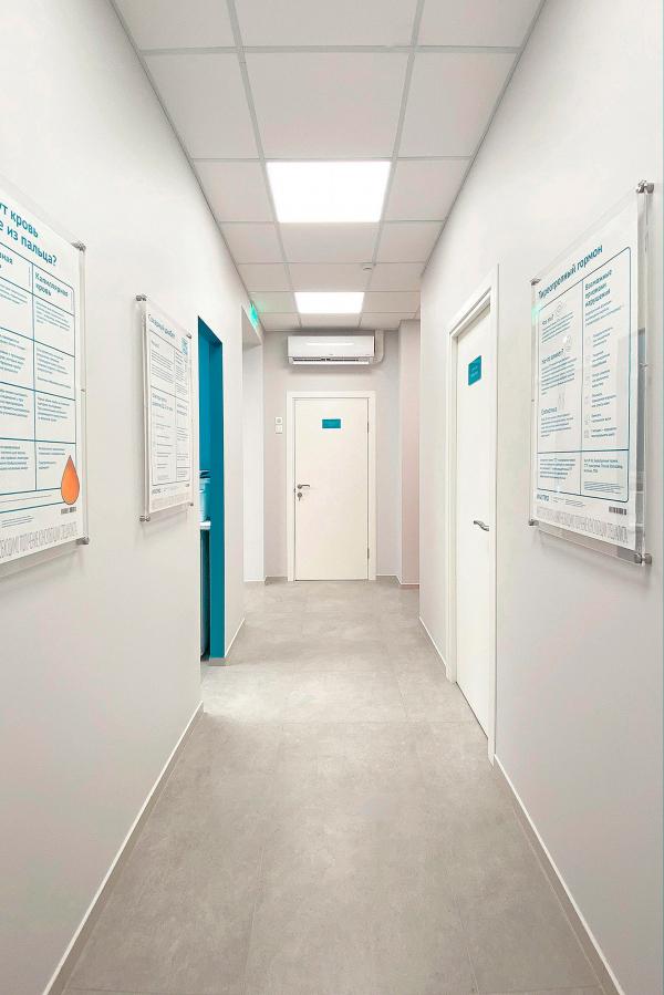 Рецепция медицинского офиса. Рестайлинг медицинских офисов «Инвитро» Фотография © Варвара Соболева