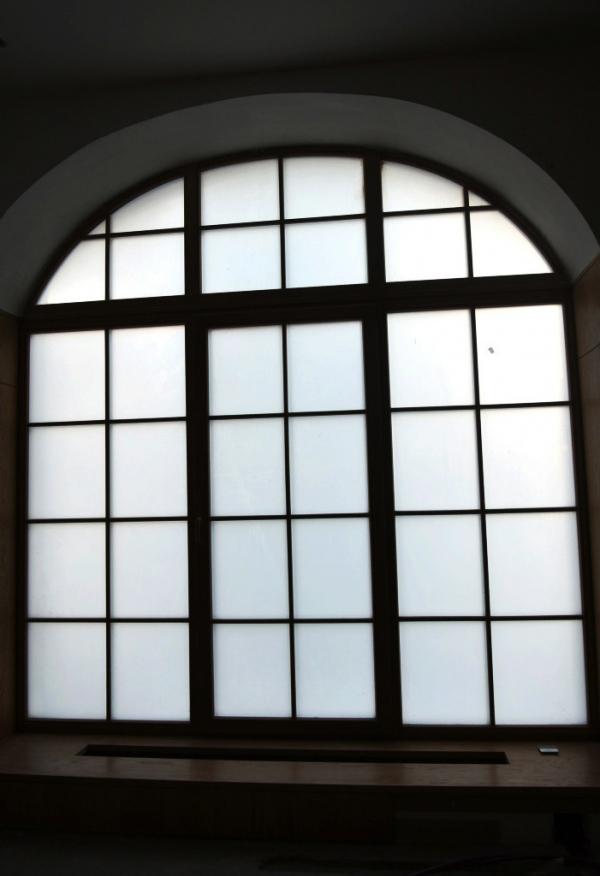 Стеклопакеты со смарт-стеклом Private Glass  нестандартной формы, офис компании расположен на 1 этаже Предоставлено Private Glass
