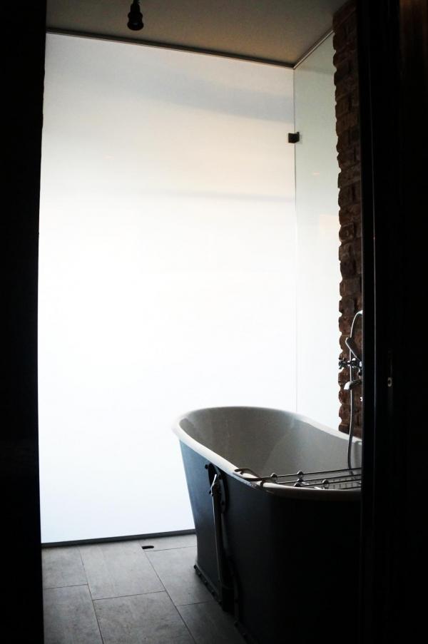Зонирование ванны с помощью смарт-стекла  Private Glass в частной квартире. Безопасно для применения во влажных помещениях Предоставлено Private Glass