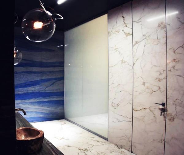 Зонирование ванны с помощью смарт-стекла  Private Glass в шоу-руме компании Arch-skin Предоставлено Private Glass