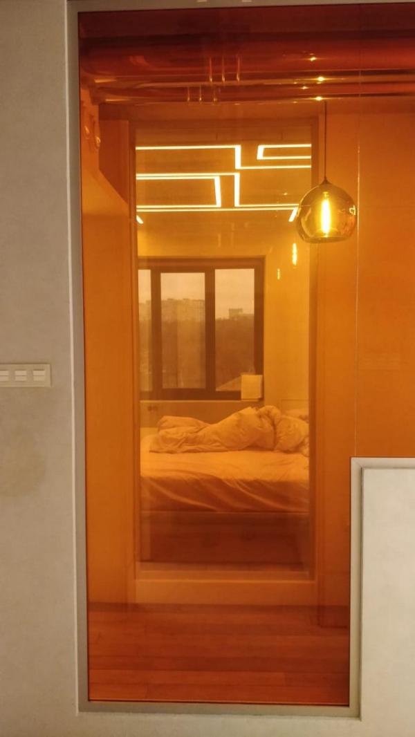 Глухая перегородка в спальне из цветного смарт-стекла Private Glass в частной квартире Предоставлено Private Glass