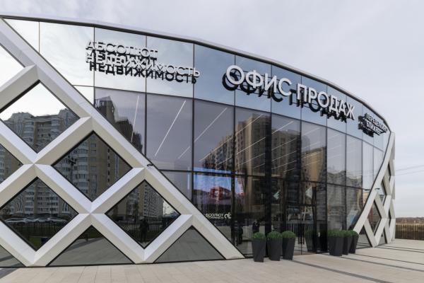 Парадный вход, вид сбоку. Офис продаж ЖК «Переделкино ближнее» Фотография © Даниил Аненков