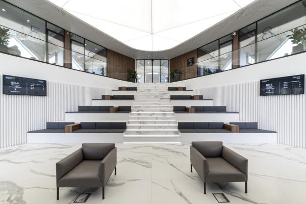 Клиентская зона ожидания, оформленная как амфитеатр. Офис продаж ЖК «Переделкино ближнее» Фотография © Даниил Аненков