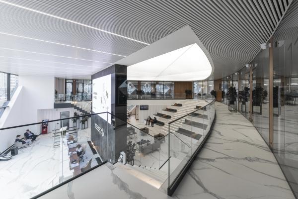 Вид со второго этажа на клиентские зоны и бэк-офис. Офис продаж ЖК «Переделкино ближнее» Фотография © Даниил Аненков