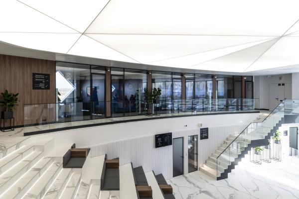 Второй этаж, взгляд со стороны амфитеатра. Офис продаж ЖК «Переделкино ближнее» Фотография © Даниил Аненков