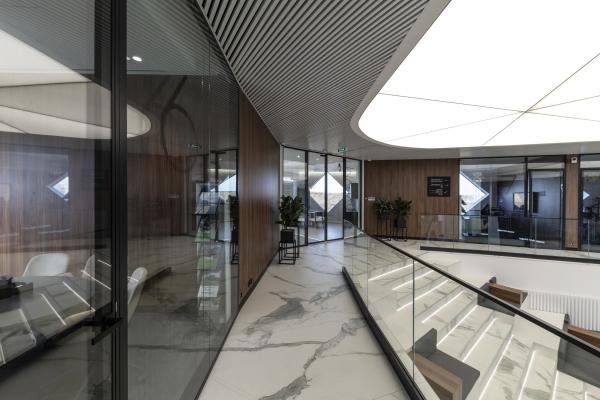 Обзор переговорных комнат второго этажа . Офис продаж ЖК «Переделкино ближнее» Фотография © Даниил Аненков