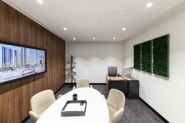 Переговорная комната второго этажа. Офис продаж ЖК «Переделкино ближнее» Фотография © Даниил Аненков