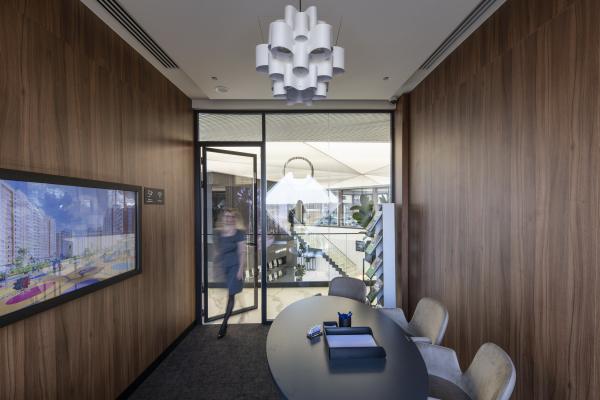Переговорная комната второго этажа, взгляд в сторону выхода из комнаты. Офис продаж ЖК «Переделкино ближнее» Фотография © Даниил Аненков